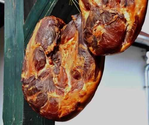 Geräuchertes Fleisch aus dem Räucherofen